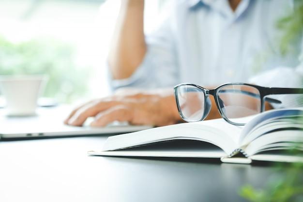 Os idosos trabalham duro, têm dor nos olhos sentado no escritório ele está estressado.
