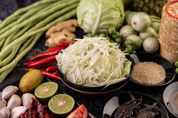 Os ingredientes da salada de mamão incluem mamão.