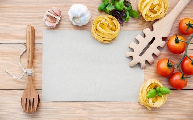 Os ingredientes para a massa caseira com espaço de cópia na mesa de madeira.