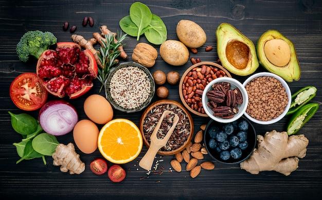 Os ingredientes para a seleção saudável dos alimentos setup no fundo de madeira.