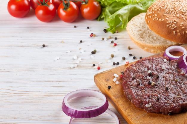 Os ingredientes para o hambúrguer
