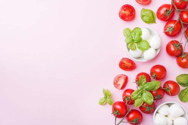 Os ingredientes para uma salada caprese. manjericão, bolas da mussarela e tomates com espaço da cópia.
