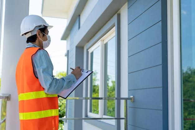 Os inspetores verificam a estrutura da casa antes de entregá-la ao cliente ou proprietário.