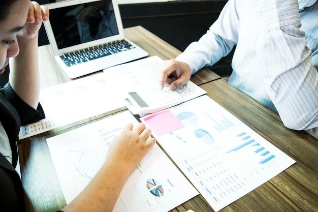 Os investidores estão verificando as demonstrações financeiras da empresa.