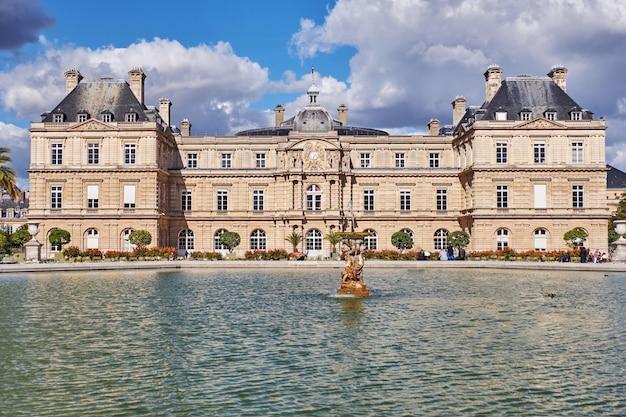 Os jardins do luxemburgo em paris