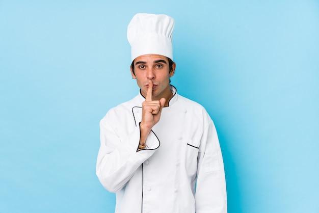 Os jovens cozinham o homem isolado mantendo um segredo ou pedindo silêncio.