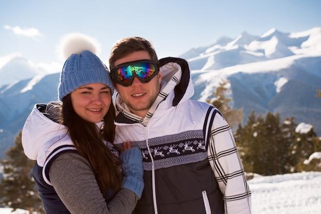 Os jovens descansam depois de esquiar nas montanhas, no inverno.