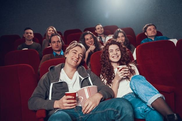 Os jovens estão assistindo comédia no cinema