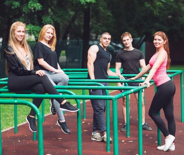 Os jovens estão descansando depois de um treino na quadra de esportes.