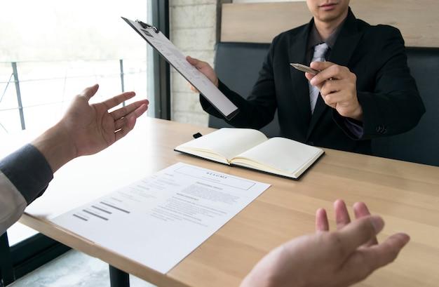 Os jovens estão sendo entrevistados pelos empregadores.