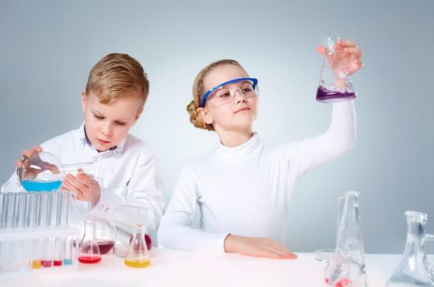 Os jovens investigadores experimentando com substâncias