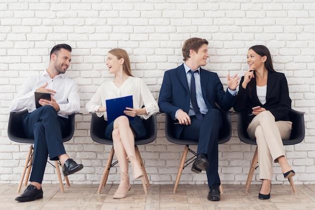 Os jovens se comunicam uns com os outros na sala de espera.
