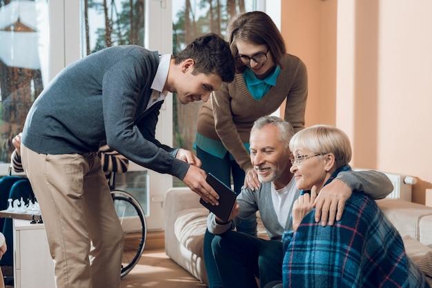 Os jovens vieram visitar os avós no lar de idosos.