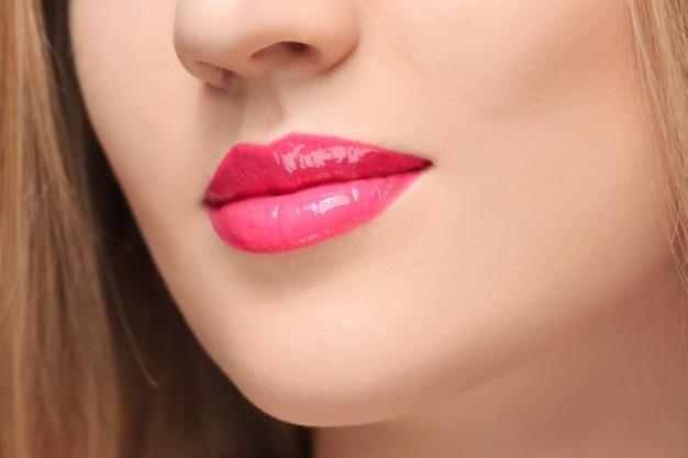 Os lábios vermelhos sensuais fecham-se