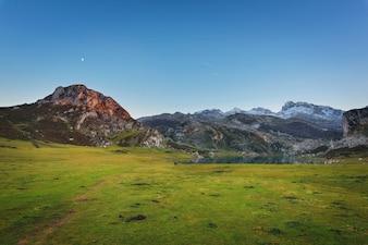 Os lagos de Covadonga ajardinam no crepúsculo, Espanha das Astúrias.
