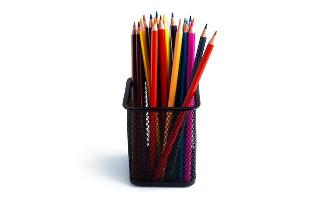 Os lápis coloridos no organizador são isolados em um fundo branco. foto de alta qualidade