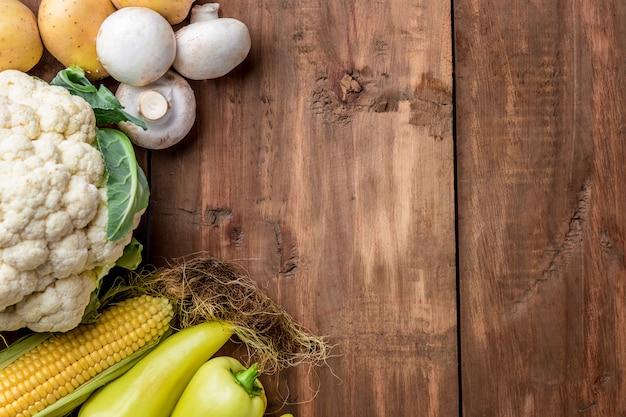 Os legumes coloridos na mesa de madeira