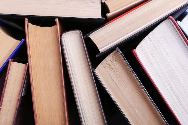 Os livros estão aleatoriamente em pé. livro fundo, conhecimento é poder.