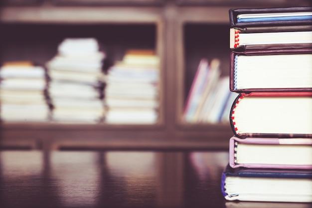 Os livros são colocados na estante de uma biblioteca