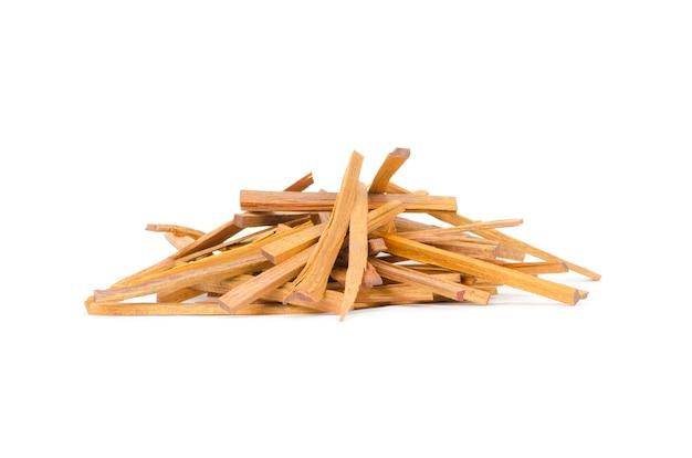 Os logs de madeira de fogo isolado no branco