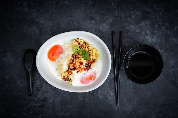 Os macarronetes imediatos dos ramen picantes quentes coreanos do sabor do queijo, agitam o macarronete fritado.