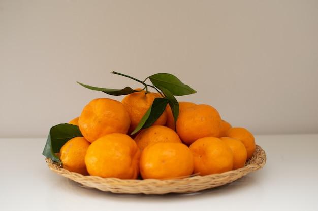 Os mandarino frescos do jardim home na cesta tecida