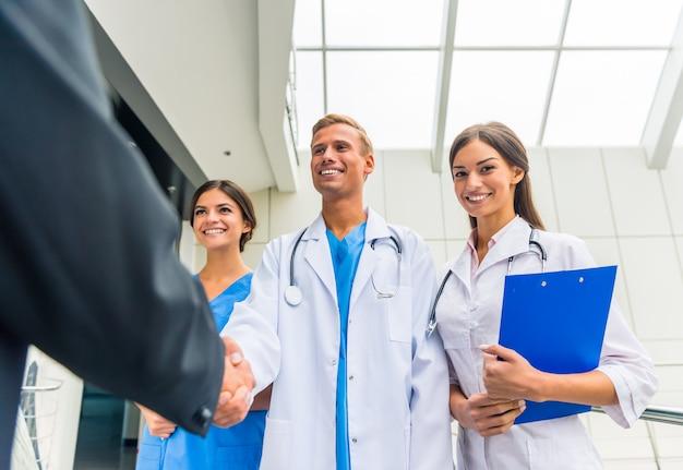 Os médicos apertam as mãos na clínica.