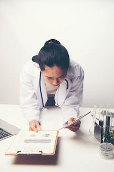 Os médicos estão analisando os resultados dos exames de saúde.