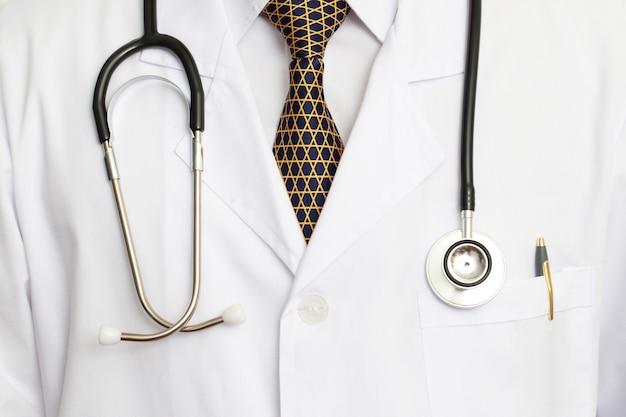 Os médicos estão prontos para cuidar dos doentes no hospital.