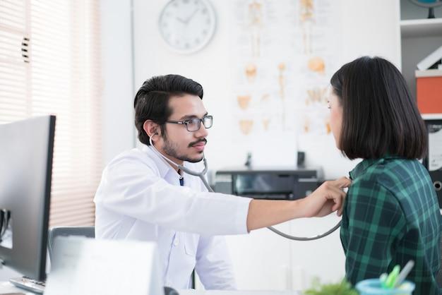 Os médicos estão usando um estetoscópio para verificar pulmões e coração.