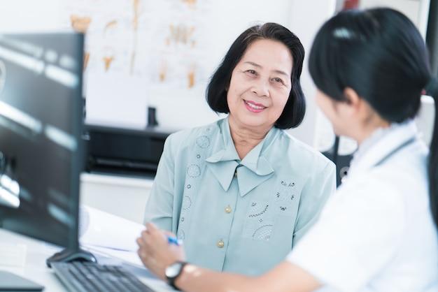 Os médicos estão verificando a história de pacientes idosos que têm uma doença.