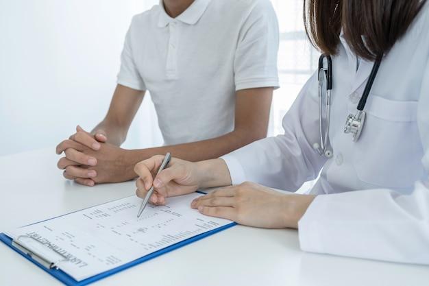 Os médicos relatam os resultados dos exames de saúde e recomendam medicamentos aos pacientes.