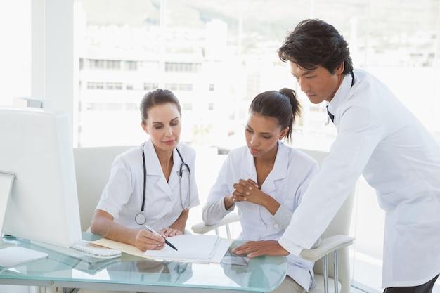 Os médicos revisam as notas juntas