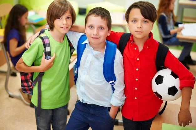 Os meninos sempre ficam juntos na escola