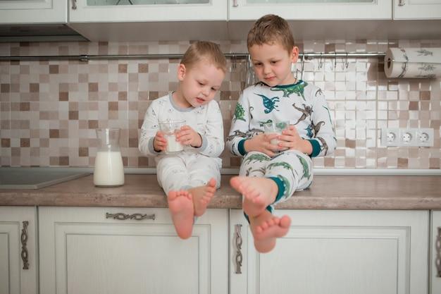Os meninos têm café da manhã na cozinha