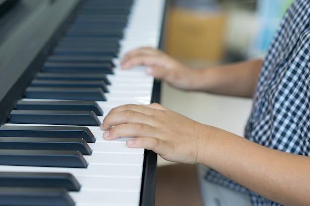 Os meninos tocando piano, aprendendo piano