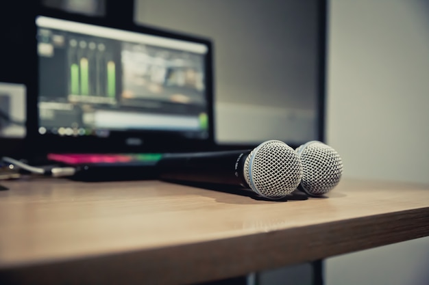 Os microfones em cima da mesa no estúdio