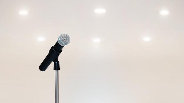 Os microfones no suporte para falar em público.
