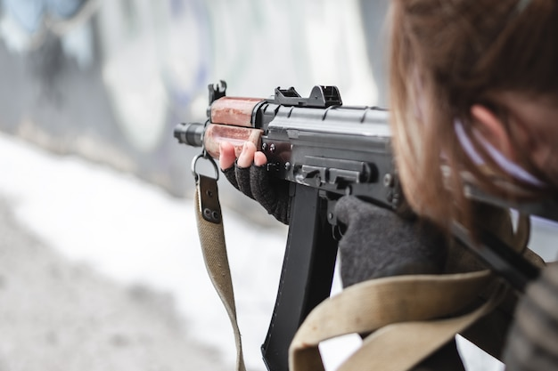 Os militares apontam de um rifle para o alvo.