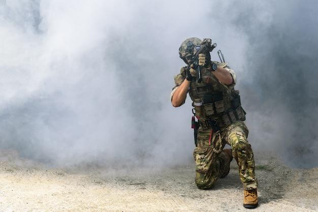 Os militares ou soldados segurando metralhadoras prontos para atacar terroristas ou bandidos.