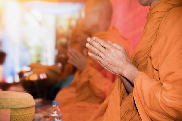 Os monges estão cantando um ritual budista nele, eclesiástico