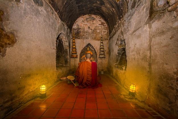 Os monges estavam sentados e rezando para acalmar a mente.