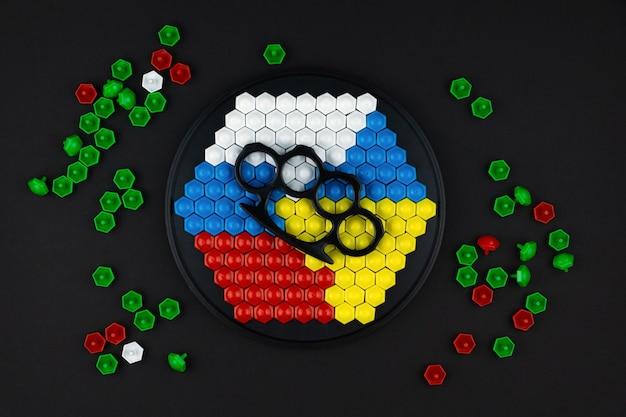 Os mosaicos são dispostos com as bandeiras dos dois países, com soqueiras nas bandeiras como um símbolo de confronto