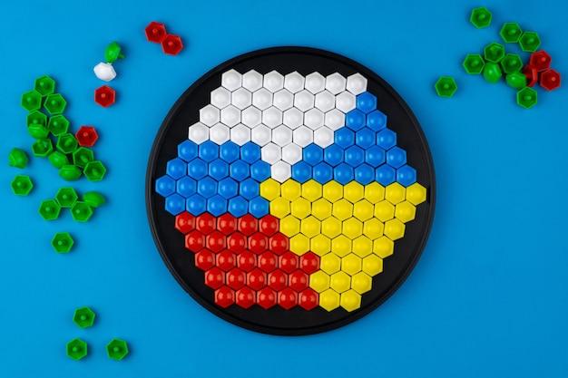 Os mosaicos são dispostos com as bandeiras dos dois países em uma superfície azul