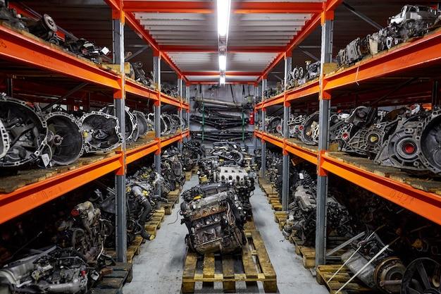 Os motores e as caixas de câmbio dos carros estão nas prateleiras