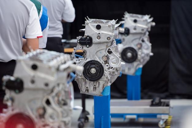 Os motores recém-fabricados na linha de montagem da fábrica são usados para testar o desempenho do motor e o treinamento de habilidades do mecânico.