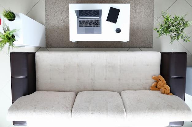 Os móveis são dispostos no plano de fundo da vista superior do apartamento. conceito de design plano