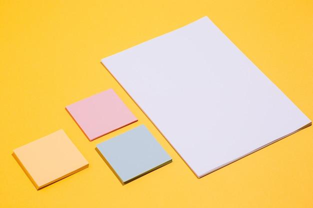 Os muitos clipes de papel vazios, amarelos