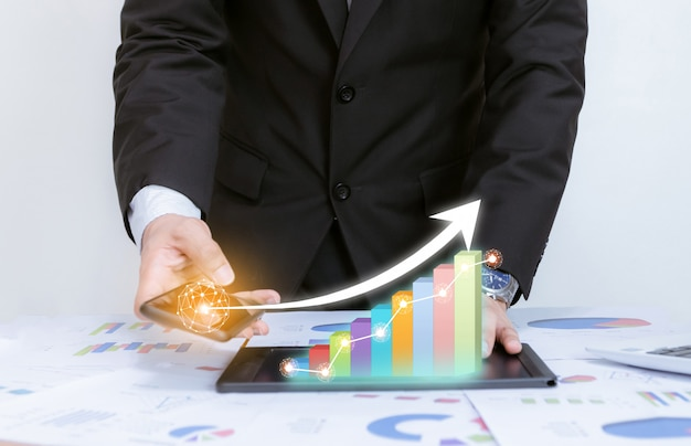 Os negócios analisam gráficos com o gráfico apontando de desenvolvimento de tecnologia corporativo para o sucesso e o conceito de plano crescente