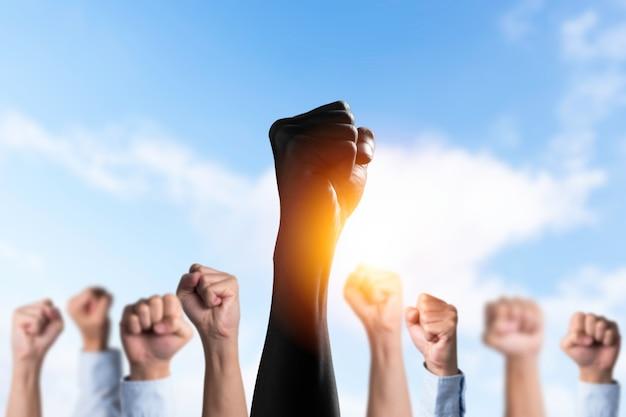 Os negros levantam as mãos entre as mãos brancas para protestar nos estados unidos.